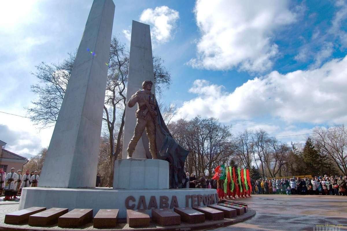 Первый памятник погибшим воинам АТО.