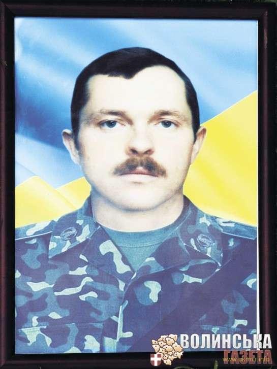 Іван Ващеня із Туричан народився 1975 р., був одружений, вдома залишив двох діток: 2000-го і 2003-го років народження. Тіла обох героїв після загибелі місцеве населення занесло в один із будинків.