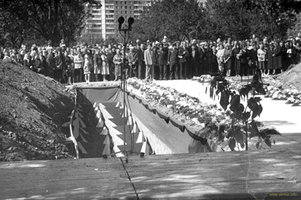 погребенные, почти заживо, раненые военнослужащие и подростки
