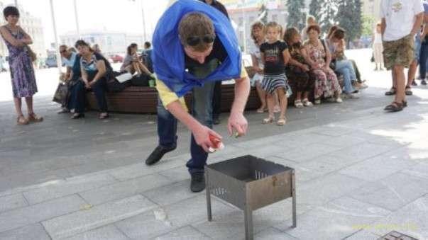 В Харькове из-за слияния с Оппоблоком лидеры и активисты «Батькивщины» сожгли партийные билеты