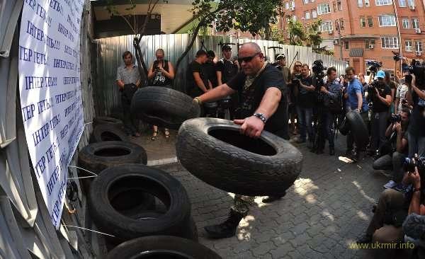 Под Интер привезли стройматериалы для баррикад