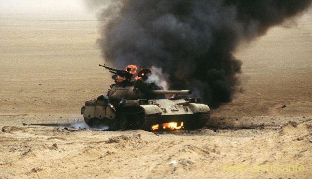 """Подбитый иракский танк во время операции """"Буря в пустыне"""", 1991 год"""