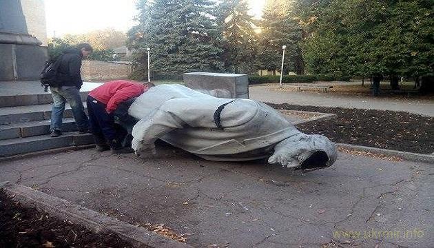 Российские школьники битами разбили идол Ленина