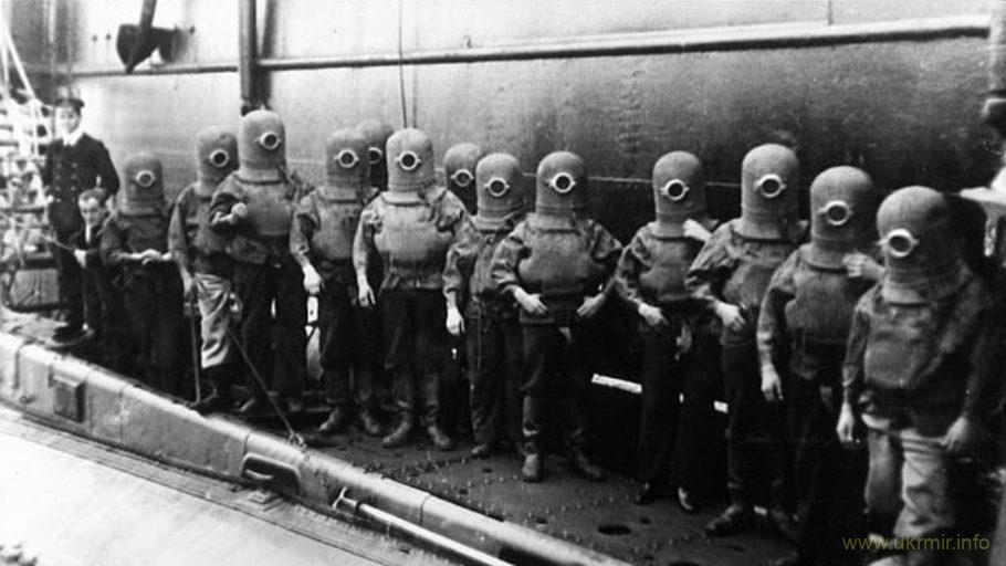 Экипаж субмарины в скафандрах, 1908 год