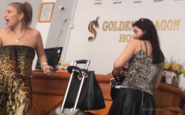 Эти русские туристки по знанию мата перещеголяли сантехника дядю Васю :)
