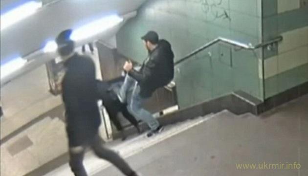 Берлін: чоловіка, який ногою зіштовхнув жінку зі сходів, ув'язнили