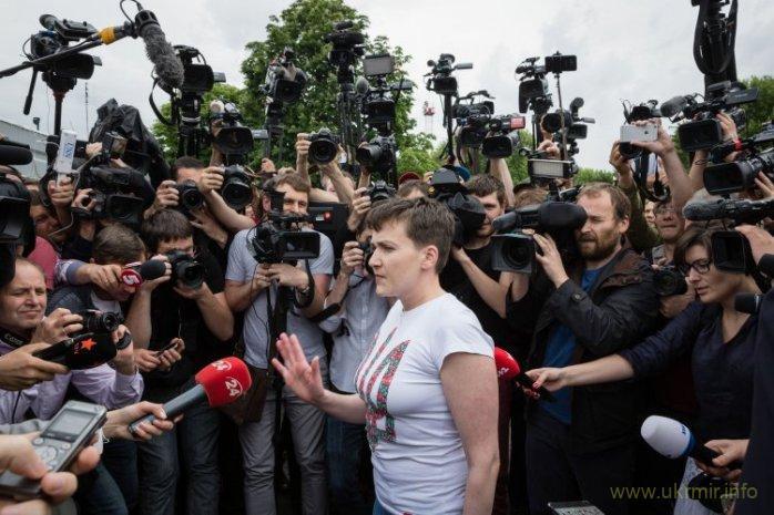 """Втручання Надії Савченко в процес звільнення полонених стало піаром для неї і заблокувало цей процес, зірвавши досягнуті домовленості. Надія Савченко в аеропорту """"Бориспіль"""" проводить першу зустріч з журналістами після звільнення з російської в'язниці, 25 травня 2016 р. Фото: УНІАН."""