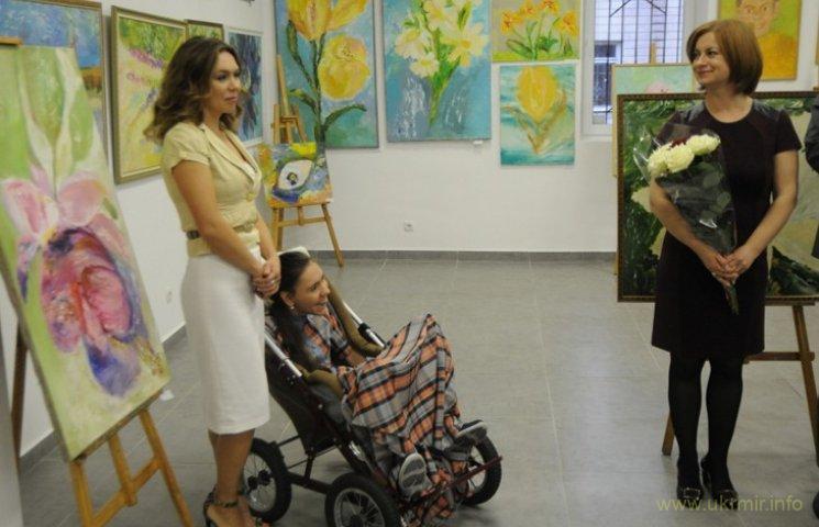 ДЦП не приговор: юная украинка пишет картины ногами
