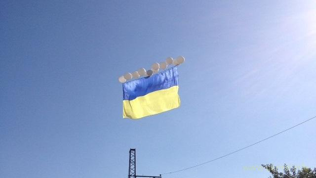 Прапор України в небі над Донецьком