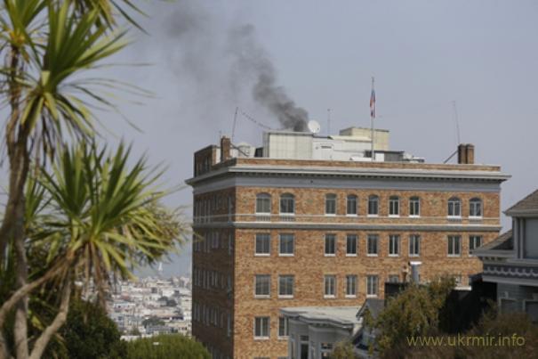 В российском консульстве в Сан-Франциско россияне что-то сжигают