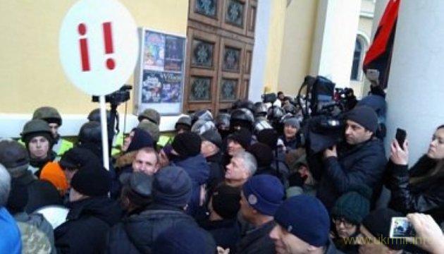 Послы Канады и Британии осудили Саакашвили за штурм Октябрьского