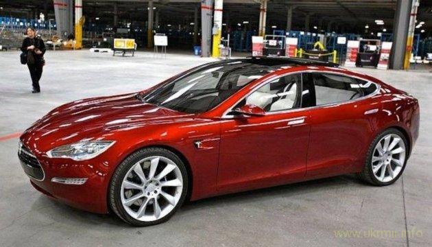 В автомобильных салонах появилась Tesla 3