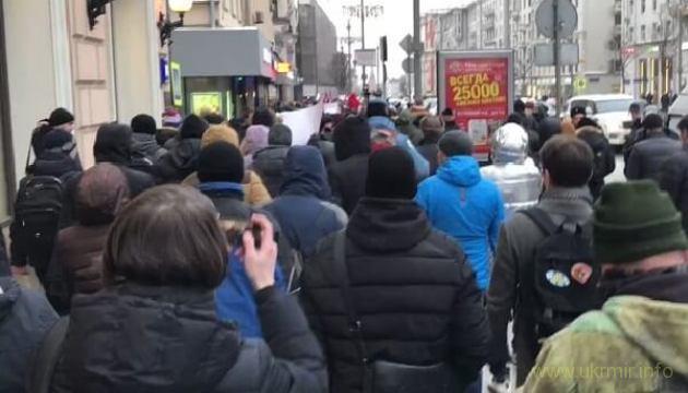 В центре Москвы поют известную украинскую песню