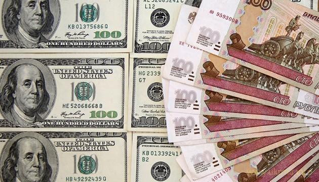 Россияне массово выводят деньги из банков в связи с падением рубля