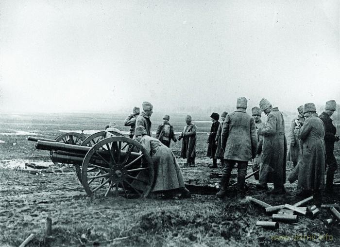 Расчет понаехавших русских обстреливает украинские позиции в ходе первой войны с Украинской Народной Республикой