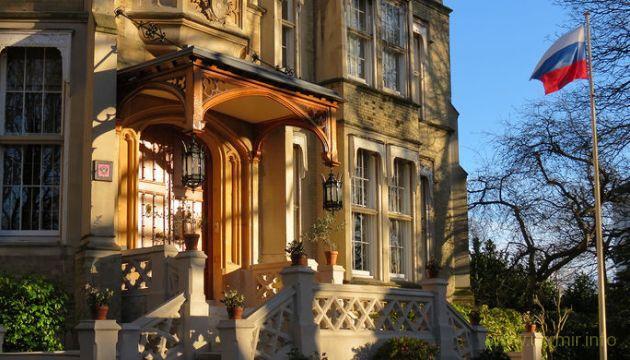 Дипломаты РФ покинули территорию российского посольства в Лондоне