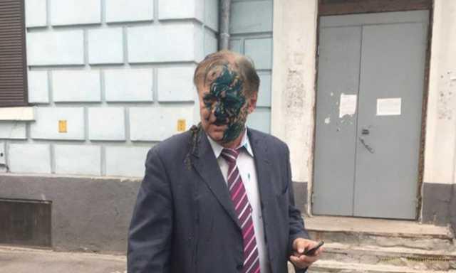 В Киеве российского дипломата облили фекалиями и зеленкой