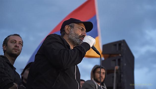 Первым указом нового премьера Армении стал перенос Дня Победы на 8 мая