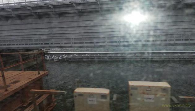 Пролет Крымского моста съехал в воду