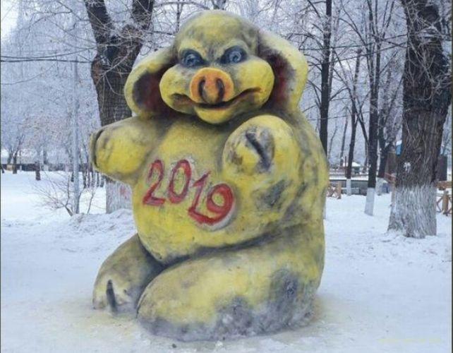 С вашим годом вас, дАрАгие россияне, годом желтой свиньи
