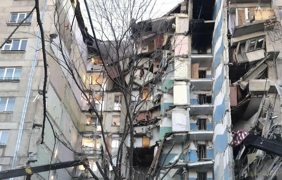 В российском Магнитогорске взрыв обрушил подъезд дома