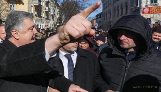 В Чернигове Порошенко прошел сквозь толпу «Нацкорпуса»