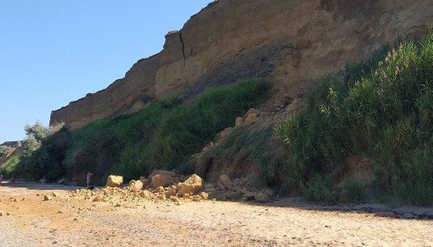 На оккупированном Крыме камни с неба обвалили сразу два пляжа
