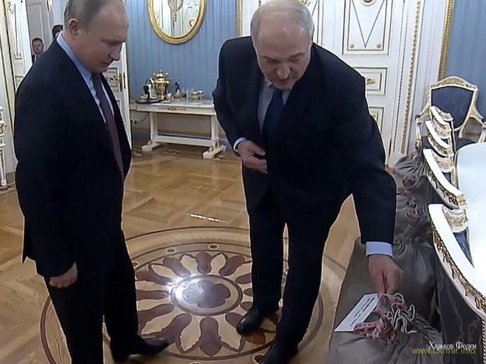 Путин подарил Лукашенко самовар, в ответ получил сало