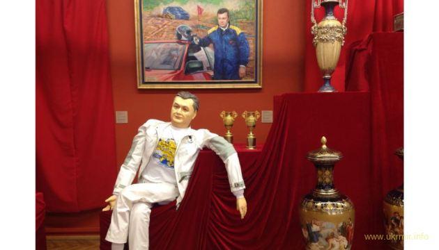 Янукович окружил себя толпой телохранителей и живет на иждивении сына