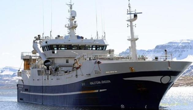 В Охотском море затонул горящий российский траулер
