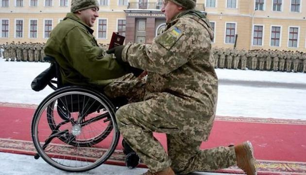 Генерал став на коліно, аби вручити Орден Богдана Хмельницького ІІІ ступеня старшому лейтенанту