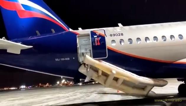 Sukhoi Superjet провалил проверку на выпуск аварийных надувных трапов