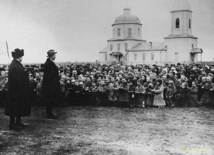 1922 год, россияне Самарщины стоят на коленях перед американцами