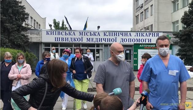 У Києві лікарям швидких знизили з/п на 40-50%. Вони протестують