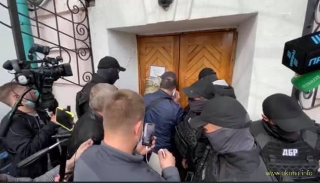 Спецназ ДБР штурмує музей... щоб вручити повістку Порошенку